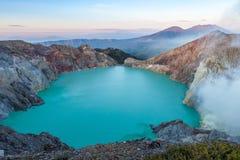 Färgrik sjö och Raung för Ijen vulkankrater Royaltyfri Fotografi