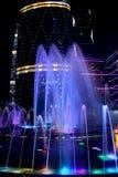 Färgrik sjungande springbrunn i mitten av den Guangzhou staden, Kina Royaltyfri Bild