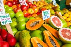 Färgrik skärm för ny frukt för marknad arkivfoton