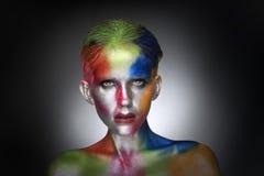 Färgrik skönhetstående av intensiva sminkskönhetsmedel Royaltyfria Foton