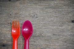 Färgrik sked och gaffel arkivfoto