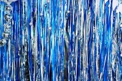 Färgrik skinande banderollbakgrund, blått och slingrande garnering för silver, slingrande skinande blänker bakgrund, karnevalpart Arkivfoton