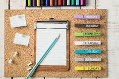 Färgrik skola- och kontorsbrevpapper Arkivbild