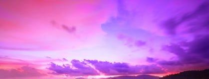 Färgrik sky efter solnedgång Panoramahimmel fotografering för bildbyråer