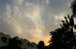 Färgrik skymninghimmel med hus och trädkonturförgrund Royaltyfria Bilder