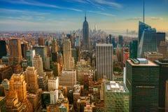 Färgrik skymningsikt av Manhattan Arkivfoton