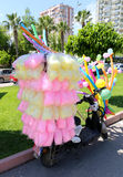 Färgrik sockervadd och ballonger på en sparkcykel på den orange blomningkarnevalet Royaltyfri Foto