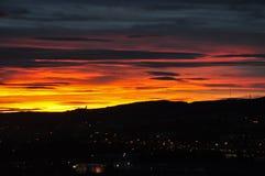 Färgrik solnedgång över bergen i Oslo Royaltyfri Bild