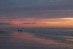 Färgrik solnedgång över den Formby stranden Arkivfoto