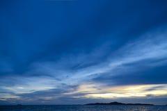 Färgrik solnedgång över den havsPataya stranden Thailand Arkivbild