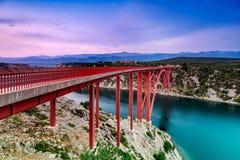 Färgrik solnedgång över den Maslenica bron i Dalmatia, Kroatien royaltyfri bild