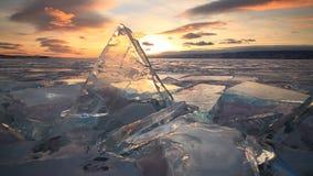 Färgrik solnedgång över det majestätiska iskalla Laket Baikal arkivfilmer