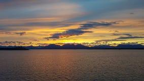 Färgrik solnedgång över en sjö i Alaska royaltyfri foto