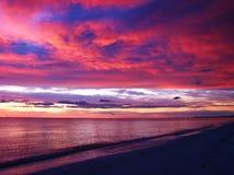 Färgrik solnedgång över havet Arkivbild