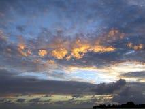 Färgrik solnedgång över havet på den Maldivain semesterorten arkivfoton