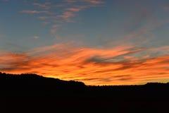 Färgrik solnedgång över kullar Royaltyfri Foto