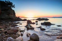 Färgrik solnedgång över medelhavet Royaltyfri Bild