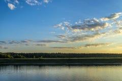 Färgrik solnedgång över rover och skog Fotografering för Bildbyråer