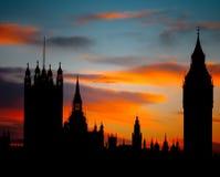 Solnedgång över hus av parlamentet Arkivfoto