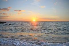 F?rgrik solnedg?ng ?ver Stilla havet p? Hawaii arkivbilder
