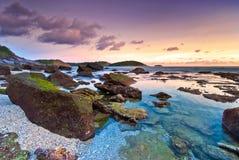 Färgrik solnedgång av Nai Harn Beach Royaltyfri Foto