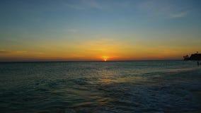Färgrik solnedgång för fantastisk skönhet på karibiskt Aruba ö Oförglömlig sikt stock video