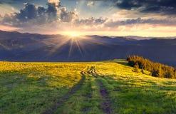 färgrik solnedgång för liggandebergsommar Arkivbild