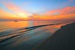 färgrik solnedgång för strand Royaltyfri Foto