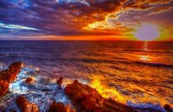 Färgrik solnedgång i Alghero den steniga kusten Royaltyfria Foton