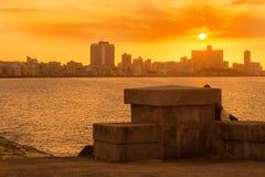 Färgrik solnedgång i havannacigarr med skyddsmur mot havet för El Malecon Royaltyfria Bilder