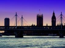 Färgrik solnedgång i lilor över det London ögat och Big Ben arkivfoto
