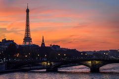 Färgrik solnedgång i Paris Royaltyfria Bilder
