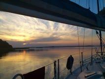 Färgrik solnedgång med yachten Royaltyfria Foton