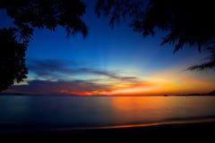 Färgrik solnedgång på ön av Koh Chang Arkivfoton