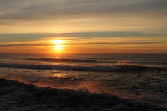 Färgrik solnedgång på atlantisk kust med avbrottsvågor i härligt landskaplandskap, capbreton, Frankrike Royaltyfria Foton