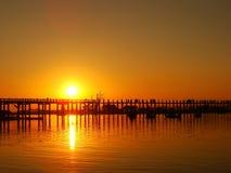 Färgrik solnedgång på bron för U Bein, Amarapura, Myanmar Royaltyfri Bild