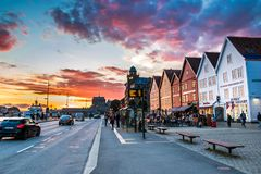 Färgrik solnedgång på Bryggen i Bergen City Center, Hordaland, Norge royaltyfri fotografi
