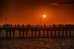 Färgrik solnedgång på den marin- pir i den baltiska staden av Palanga lithuania Europa Arkivfoto