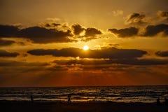 Färgrik solnedgång på det medelhavs- med konturer av folk Royaltyfri Fotografi