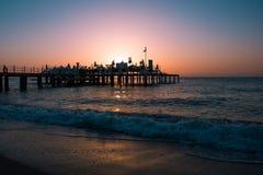 Färgrik solnedgång på havskusten royaltyfri bild
