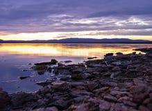 Färgrik solnedgång på Irtyash sjön i sydliga Urals, Ryssland Arkivfoton