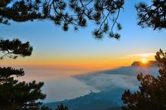 Färgrik solnedgång på kusten av Black Sea i Krim över Yalta Royaltyfri Bild