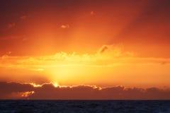 Färgrik solnedgång på Nr Vorupoer på Nordsjönkusten i Danmark Royaltyfri Foto