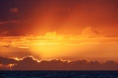 Färgrik solnedgång på Nr Vorupoer på Nordsjönkusten i Danmark Royaltyfria Bilder