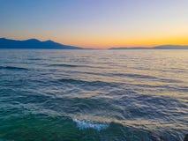 Färgrik solnedgång på seacoasten ingen molnsommartid Fotografering för Bildbyråer