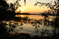 Färgrik solnedgång på sjön royaltyfria foton