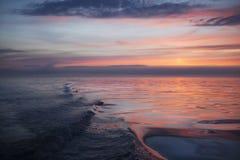 Färgrik solnedgång reflekterad i vågorna Royaltyfri Bild
