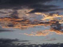 Färgrik solnedgång reflekterad på molnen royaltyfri fotografi