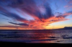 Färgrik solnedgånghimmel och hav Arkivfoto