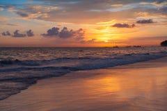 Färgrik soluppgång över Atlantic Ocean Bavaro arkivfoto